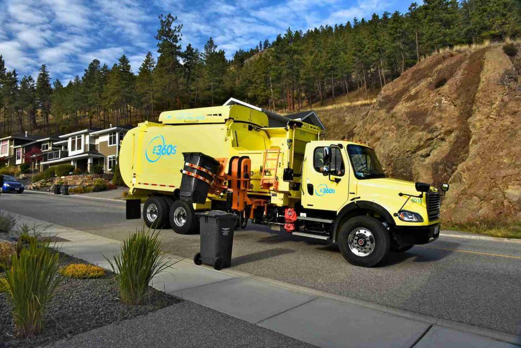 E360S Garbage Truck Lifting Curb Garbage